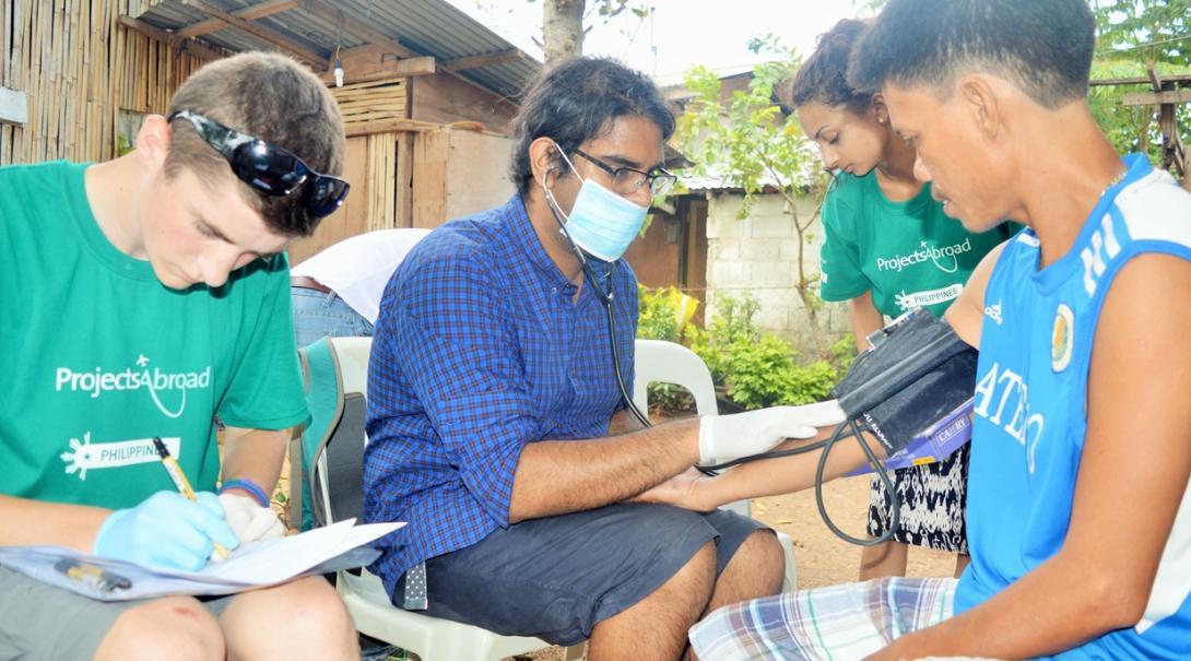 フィリピンの地域内での国際医療支援活動をサポートする高校生ボランティア
